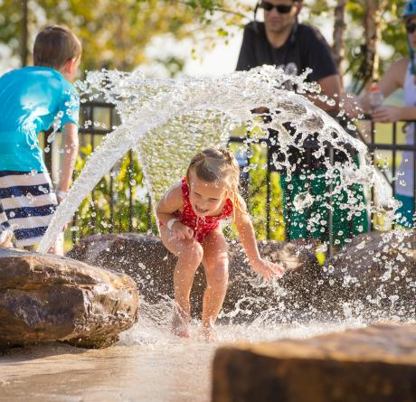 kids playing in fountain in memphis